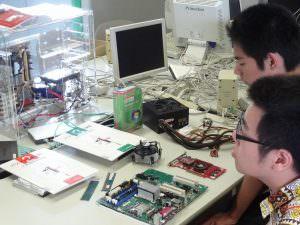 透明なパソコンでパソコンの内部について学べます