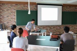 南先生は次年度より当校で教鞭をとられる現役プロダクトデザイナーで、初心者の参加者にも丁寧にプロダクトデザインをレクチャー!